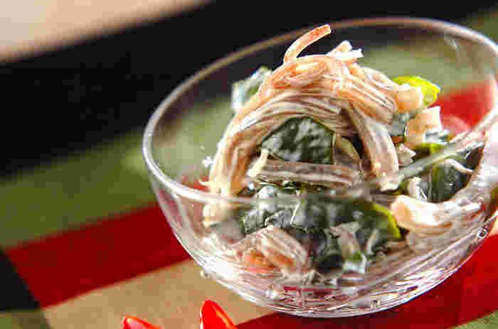 ワカメとこんにゃくをわさびマヨネーズで和えただけの簡単レシピ。あと一品欲しい時にも、冷やした日本酒のお供にもオススメです。ワサビが効いて暑い夏でもペロリと頂けますよ。