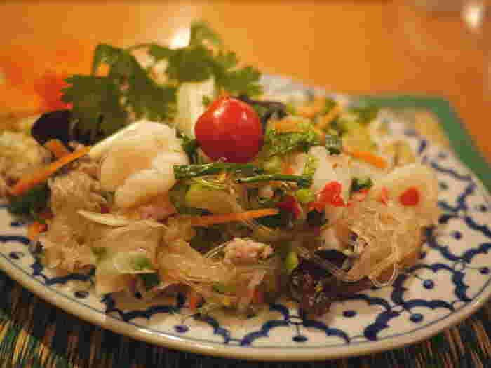 渋谷の『チャオタイ』は道玄坂店と東口店があり、特に東口店は駅から程近く、1人でもフラッと入りやすい雰囲気。味付けも本格派ながら、日本人に合わせたマイルドさもあるので食べやすく、リピーターも多い人気店です。