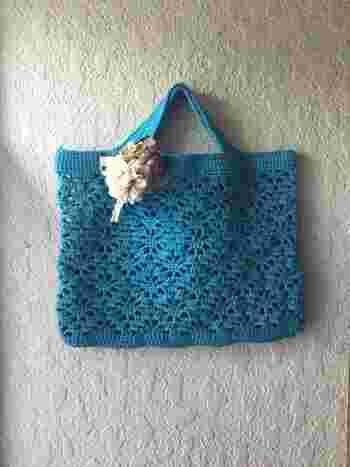 滑らかな手触りが嬉しいレトロな横長バッグです。ランチタイムにお財布と携帯だけ持って出たいときなどにもおすすめのコンパクトなサイズのバッグです。