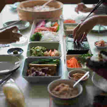 近隣の人も含めてのホームパーティは、近所付き合いが希薄になっている日本ではハードルが高いかもしれませんね。  でも、家族や気の置けない友人とわいわいと食事を囲む機会を増やすことで「ヒュッゲ」を感じられそう。  冬なら鍋を囲む、これからの季節なら手巻き寿司などがいいですよね。どちらも素敵な日本の食文化です。