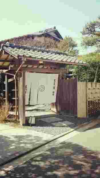 古都鎌倉にふさわしい、とってもフォトジェニックな外観が印象的な「松原庵」は、古民家をいかした内装と、お蕎麦が美味しい人気店。