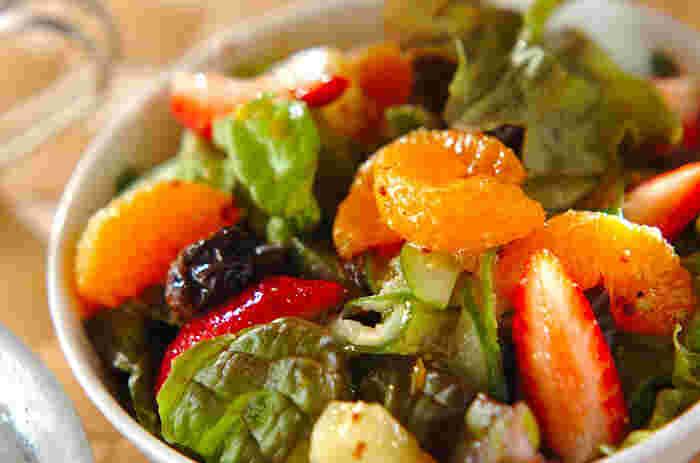 何種類ものフルーツとサニーレタスを一緒に和えた豪華なフルーツサラダです。シンプルなドレッシングは、フルーツの持つ甘さやコク深さを邪魔しません。