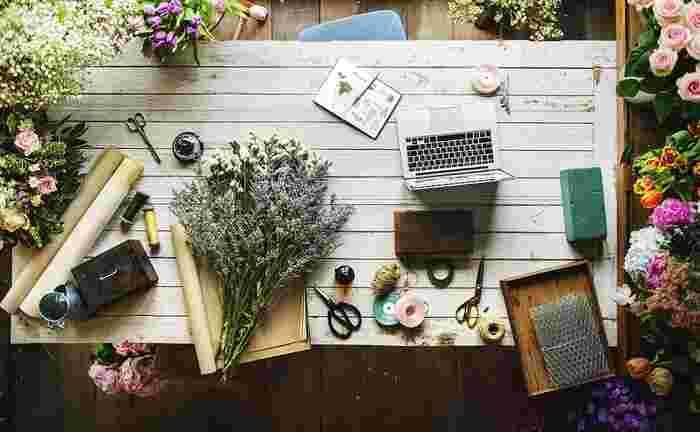 造花は生花に比べて扱いやすく、ずっと楽しめるのがうれしいポイント。物によっては安っぽく見えてしまうので、本物のようなシルクフラワーを選ぶと◎プリザーブドフラワーは花の美しさを楽しめますが、少し高めで花が傷つきやすいというデメリットもあります。生花、造花、プリザーブドフラワーのメリット・デメリットを考えながら、ブーケを作るか考えてみてください。
