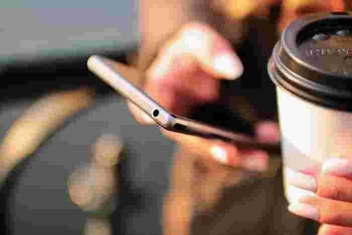 スマートフォンを操作するときの手元もよく見られています。急いでいるときでも、すこし丁寧に指先を動かすよう意識するだけで美しさもアップします。