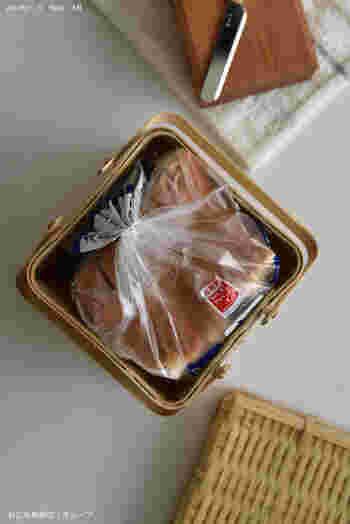 キューブ型の竹かごは、市販の食パン1袋がスッキリ収まるサイズ。それもそのはず、食パンを収納するために作られたかごなんだそうです。 こんなサイズ、他を探してもなかなか無いですよね…
