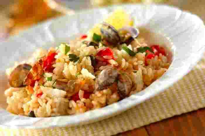 白身魚とアサリの旨みがギュッと凝縮した、美味しい洋風炊き込みご飯「アクアパッツァライス」。トマトの甘みとケイパーの酸味をアクセントにしたおしゃれな一品です。炊飯器を使えば手軽に美味しい炊き込みご飯が作れますよ。