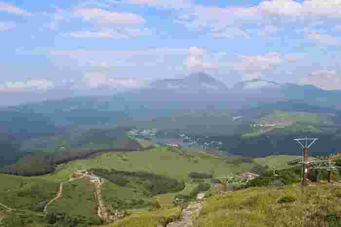 芽野市と諏訪市に跨る日本百名山「霧ヶ峰」の主峰・車山。標高1925mにある山頂から、八ヶ岳連峰をはじめ北・中央・南の各アルプス、浅間連山から富士山までを一望。その展望は日本有数といわれています。 画像中心に蓼科山、その下に小さく見えるのは白樺湖。