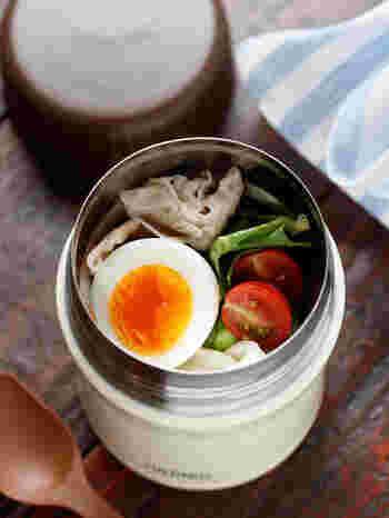 冷凍うどんを使って電子レンジで調理するので、お手軽です。肉・野菜・卵入りで栄養バランスもとてもいいですね。夏バテぎみや暑い日もさっぱりといただけます。
