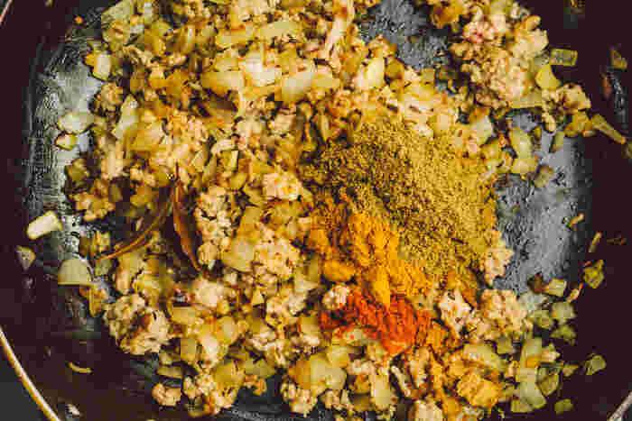スパイスなど2(ガラムマサラ・チリパウダー・カレー粉・固形スープの素)を入れて混ぜ合わせます。