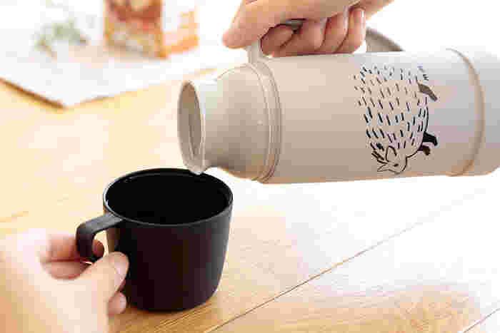 ボトルにもコップにも取手がついているので、注ぐ時も飲む時も使いやすいデザイン。内側は保温効果の高いガラス製なので、匂い移りも気になりません。