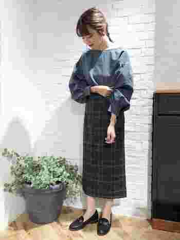 パフスリープのブラウスは、ボトムはきゅっとタイトスカートで引き締めることで、ふんわりブラウスの魅力が映えます。 大人っぽくも少し個性のある色味は、同じ系統の色でまとめることで、なじみが出て素敵♪