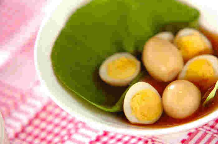 コロンと可愛いウズラの卵。市販のめんつゆでも良いですが、自家製かつお節を使った簡単なだし醤油に漬けてもっとヘルシーに。お弁当のちょっとした隙間に詰めるだけでなく、トマトやブロッコリーなどと一緒に刺すだけでも可愛らしいおかずへ大変身します。