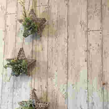 壁面にもグリーンを。 こちらは吊るすタイプなので、殺風景な壁にニュアンスが生まれます。 エアプランツを飾るのもおすすめ!