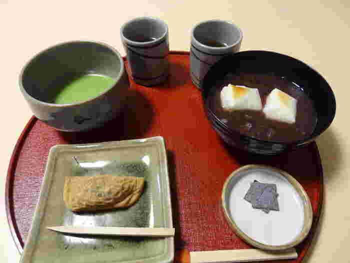 「二尊院」境内にある「四季庵」は、創業文化二年の八ツ橋の老舗「井筒八ツ橋本舗」の茶店です。 【画像は「夕霧とお抹茶・ぜんざいのセット」。】