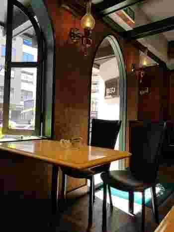 店内は昭和の雰囲気漂うレトロな空間。今どきのカフェにはない趣があり、初めて訪れても心休まります。