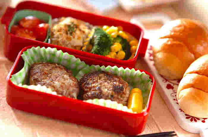 がっつり食べたいときはやっぱり「ハンバーグ」。忙しい朝には避けたいメニューですが、夕食ついでに作っておけば、朝は焼くだけなのでラクチン!冷凍保存ができるので、一度にまとめて作り置きもできますよ。