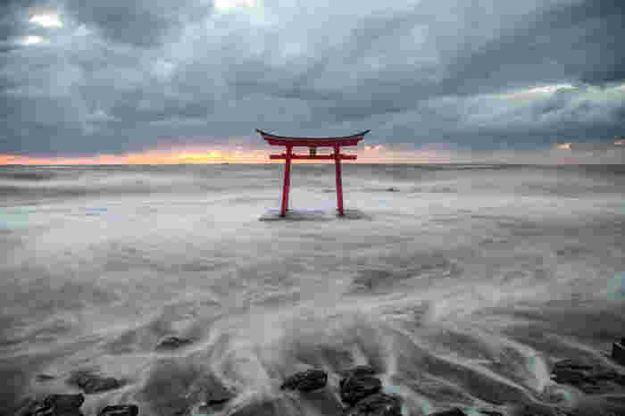 道央か道北まで日本海側の海岸線沿いに続く、オロロンライン。その海に建つのは金毘羅神社の鳥居です。満潮時は海に浮かんでいるような、幻想的な風景を見ることができますよ。