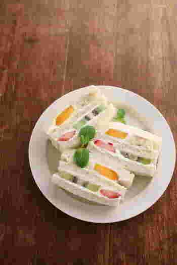 キウイ、イチゴ、マンゴーの、彩り鮮やかなフルーツが、マスカルポーネチーズの爽やかなクリームと一緒にはさんでいただきます。可愛らしくおいしい基本のフルーツサンドです。