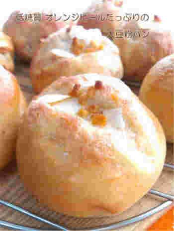 大豆粉を使った低糖質のパン生地に、オレンジピールやスライスアーモンドを散らした爽やかな味わいのパンです。