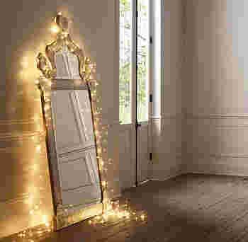 鏡の周りにイルミネーションライトを飾って。あえてアシンメトリーやたるませたりラフに飾ることでこなれた雰囲気に◎