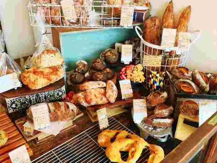 自家製の天然酵母を使っているこだわりのパンは、どれも絶品と評判です。パン生地はもちろん、クルミやレーズンなど一つ一つの素材も丁寧に加工されており、クオリティの高いパンに出会える人気店です。