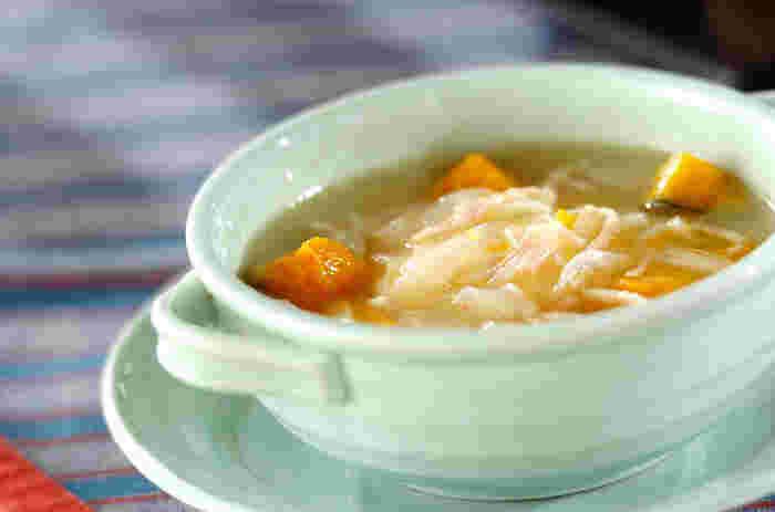 カボチャなど野菜がたっぷりのスープにポーチドエッグを入れると満足度もアップ。食欲がない日の朝食や遅い時間の夕食としてもよさそう。