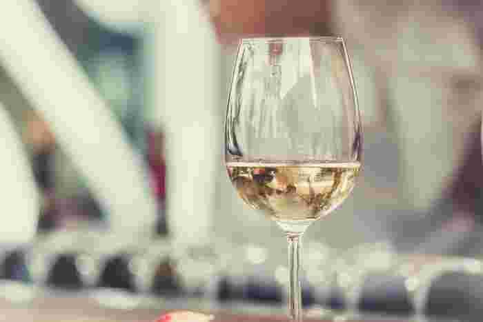 シェーブルチーズにもやっぱりワインがおすすめです。白ワインなら辛口のもの、赤ワインなら軽くてフルーティーなもの。酸味のあるチーズならさっぱりした酸味のあるワインを選ぶのがコツ。