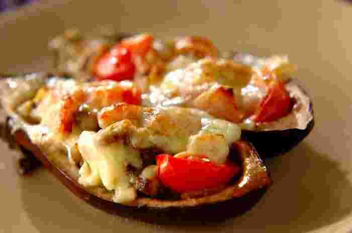 おしゃれな見た目からは想像できないほど簡単に作れるナスレシピです。ナスをボートに見立てて中身をくりぬき、プチトマトやベーコンを詰めてチーズを掛け、焼き上げれば完成です。プチトマトやベーコンに限らず、色々な具材でバリエーションが出せそうな優秀レシピですね。