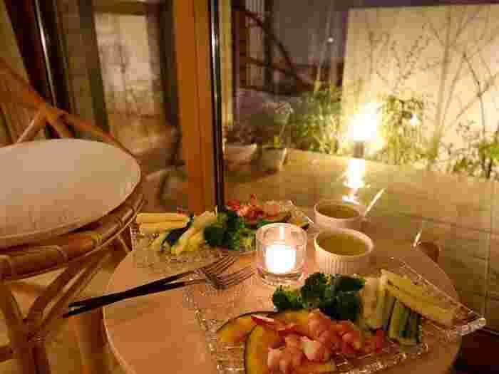 季節の野菜や食材をふんだんに取り入れて、心とからだに優しい食事を用意。旬の食材を茹でたり焼いたり…シンプルに味付けするだけでごちそうです。  テーブルを窓際に移したり、バルコニーに出てみたり…空調がなくても心地よく過ごせる季節なので、開放感のある外の空気を感じながら食事をいただくのも格別。