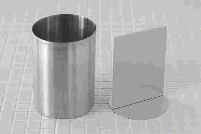 これまで蓄積されたノウハウを生かして生まれたツールスタンドは、見た目もスッキリとしたシンプルな円筒形で、内側に取り外しできる仕切りがあることで、安定感も◎。