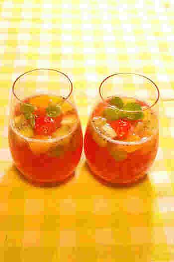 グレープジュースとパイナップルジュース、フルーツをたっぷり入れて最後にトニックウォーターで割るだけ。シュワシュワ甘酸っぱい宝石のようなサングリアジュースの完成です。