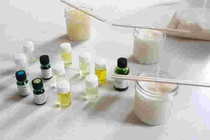 基本的な材料は、 ・キャンドル用ワックス(塊で購入した場合は、溶けやすいように、削るように細かくチップ状にしましょう) ・キャンドル芯 ・香り成分(天然のエッセンシャルオイル又は、キャンドル用フレグランスオイル) ※必要があれば座金、型、型抜きをしない場合は、ビンなどの器など  さらに、「キャンドルの中にドライフラワーやドライフルーツなどは入れる?」「クリスマスをテーマにするなら、どうデザインする?」など、自分だけのこだわりをたくさん詰めたオリジナルキャンドルを考えてみましょう♪