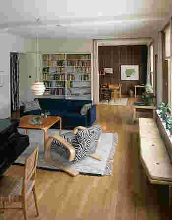 南欧風の落ち着いたインテリアの中で、主役のように存在感をアピールしているペンダントライト。ワンルームのお部屋でも、照明をこちらに変えるだけで、瞬時に洗練されたおしゃれなインテリアを楽しむことができます。