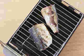 魚の表面はパリッと焼き目がつき、そして中は魚のうまみたっぷりで、ふっくらジューシー♪そんな塩焼きを焼き上げることができる魚焼きグリル。上手に使いこなすポイントは、予熱と時間です。この2つをしっかりおさえれば、今までの塩鯖がさらにジューシーで美味しく焼けるかも。