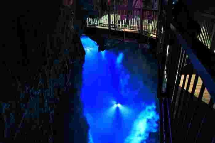 世界一の透明度ともいわれる龍泉洞の地底湖。吸い込まれそうな美しさです。