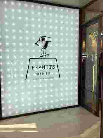 「MARINE & WALK YOKOHAMA」の2Fにあるスヌーピーをテーマにしたコンセプトカフェ、「ピーナッツ ダイナー」。目印はもちろん、スヌーピー!