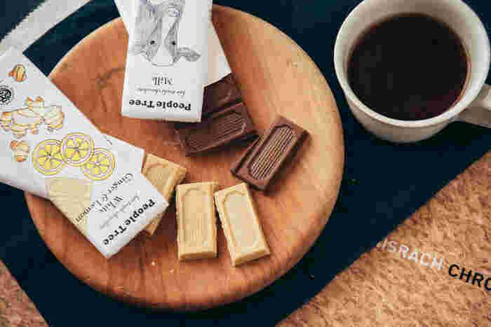 生産者の持続的な生活向上を支える「フェアトレード」により製造されたチョコレート。昔ながらの農法で栽培されたカカオと砂糖を使った、食べる人にもつくる人にも、環境にもやさしいチョコレートです。