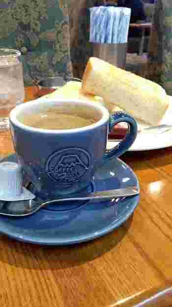 お店オリジナルのマグカップには富士山のマークが。ソファの柄もレトロで素敵です。トーストやカレーなどのフードも人気があり、ランチに使う人も多いそう。