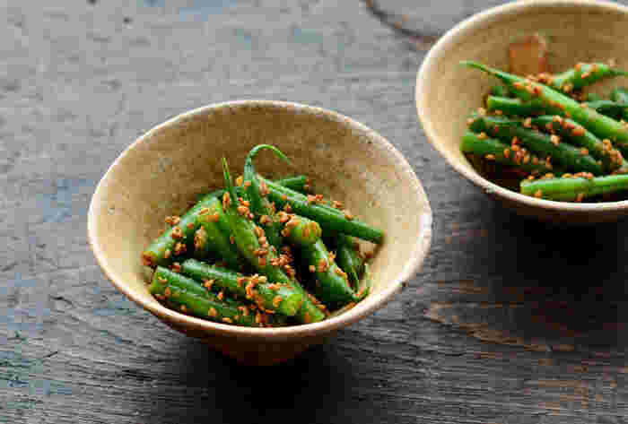 ほっとする副菜、いんげんのごま和え。茹でてしっかりと水気を切り、シンプルな調味料とごまで食べる直前に和えるだけのシンプルなレシピです。酢を少しだけ加えると、さっぱりとした仕上がりに♪