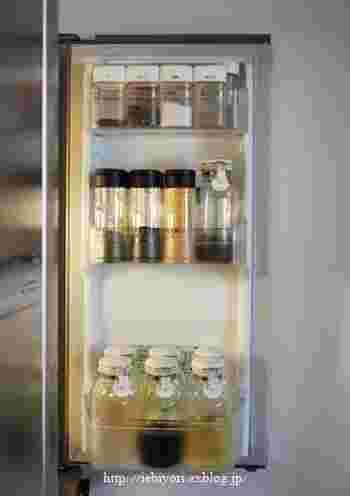 スパイスやドレッシング、調味料をそれぞれ保存容器に詰め替えると、生活感が抑えられた冷蔵庫に。同じ容器に統一することで、このように隙間なくスッキリとドアポケットに入れることができます。