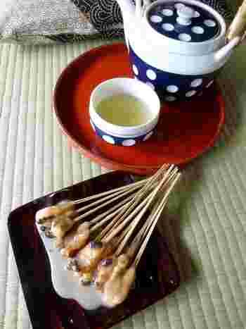 あぶり餅は、きな粉をまぶしたお餅を竹串に刺して、あぶったあとに白味噌のタレをつけたもの。炭火で焼いているので、少し焦げ目がつきますがそれが香ばしくて◎2つのお寺に訪れる際は、ぜひ足を運んでみてくださいね。*こちらの写真は「一文字屋和輔」