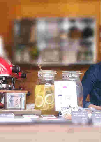 注文カウンターは路地に面しています。大きなガラス瓶に入ったレモンの輪切りもおしゃれに見えるのは、開放的な雰囲気が感じられるからかも。