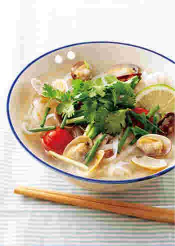 酒蒸ししたあさりをプラスしたフォーのレシピ。貝の旨味がたっぷり染み出すので、出汁やたくさんの調味料は使いません。シンプルであっさり、おいしいですよ♪