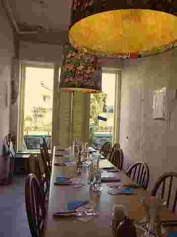 細長いテーブルをみんなで囲んで食べる様子も、なんだか海外にいるみたいで面白いですね。小さなお店なので、人との距離が近く、それもまた海外風です。
