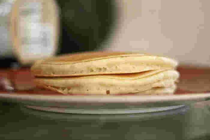 パンケーキは作り方次第で、厚めにしたり薄めにしたりと調節することができますが、サンドイッチにする時には、挟みやすい厚みも意識してみましょう。二枚重ねてぱくっと食べる様子をイメージしてみてくださいね♪