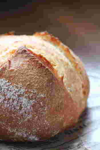 """カンパーニュとは、フランスパンのパンの一種で、フランス語で""""田舎パン""""や、""""田舎風パン""""を意味しています。スープによく合う食事パンで、元々は、パリ近郊で作られ売られていたそうです。精製度の高くない小麦粉やライ麦粉を使い、大きめに作られ、その素朴な味わいと外観に、パリ市民が故郷のパンを思い出し『田舎パン』」パン・ド・カンパーニュと呼んだのが名前の由来だそうです。"""