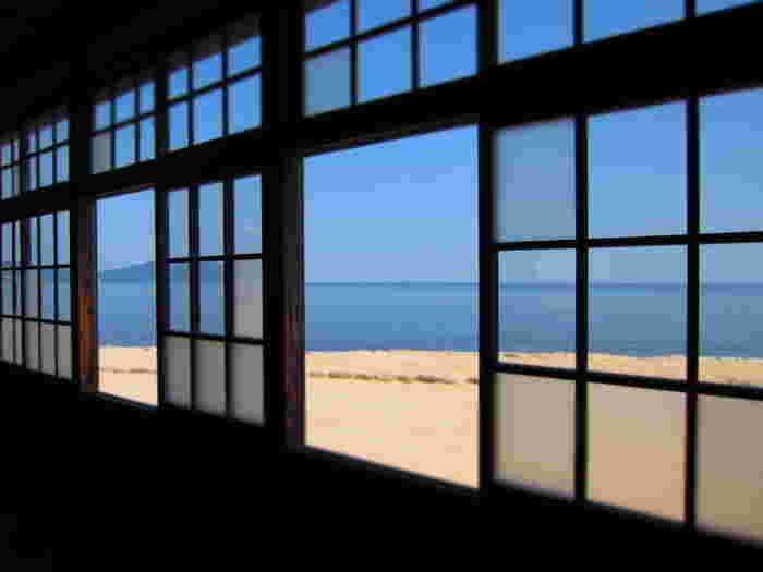窓からは瀬戸内海が見えます。木枠の窓越しに見る青い海と砂浜はノスタルジックな気持ちにさせてくれます。