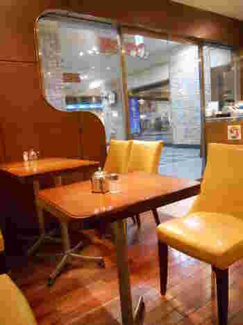 ビニールの質感を感じる固めの椅子など、こちらのお店も昭和レトロな雰囲気に包まれていますよ。