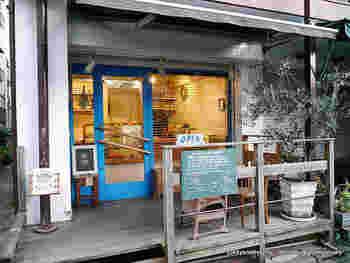 学芸大学駅東口の商店街から一歩入ったところにある、白×ブルーが印象的なパン屋さん。一見カフェのような佇まいでもありますね。