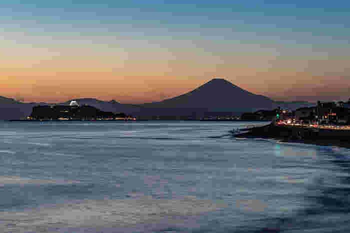 稲村ヶ崎温泉へのアクセスは、鎌倉駅から江ノ電で約10分、稲村ヶ崎駅から徒歩5分ほど。また、温泉の前の「稲村ヶ崎公園」は、富士山と江ノ島を正面に夕日が沈む名所となっています。ドラマティックな夕焼けに、しみじみといい時間を過ごせそうですね。
